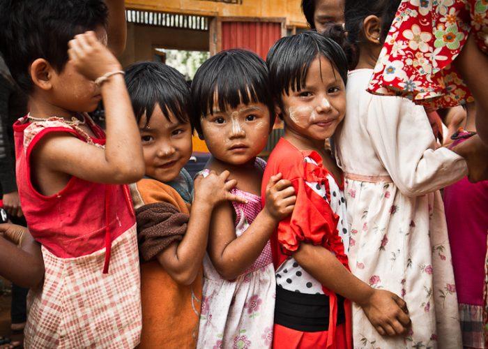 Esperando comida Escuela Km 42 Colabora-Birmania