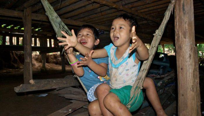 ninos jugando en el campo de refugiados