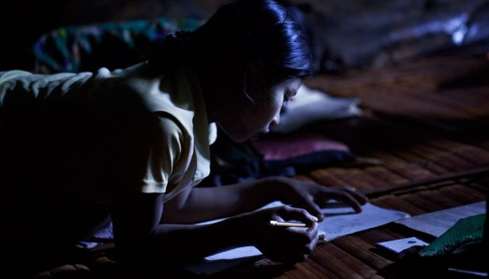 nina birmana en escuela nocturna